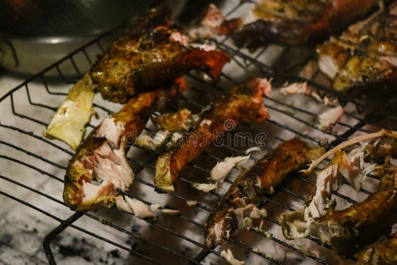 Geroosterde zalmlapjes vlees op een grill De grill van de brandvlam Restaurant en tuinkeuken royalty-vrije stock foto