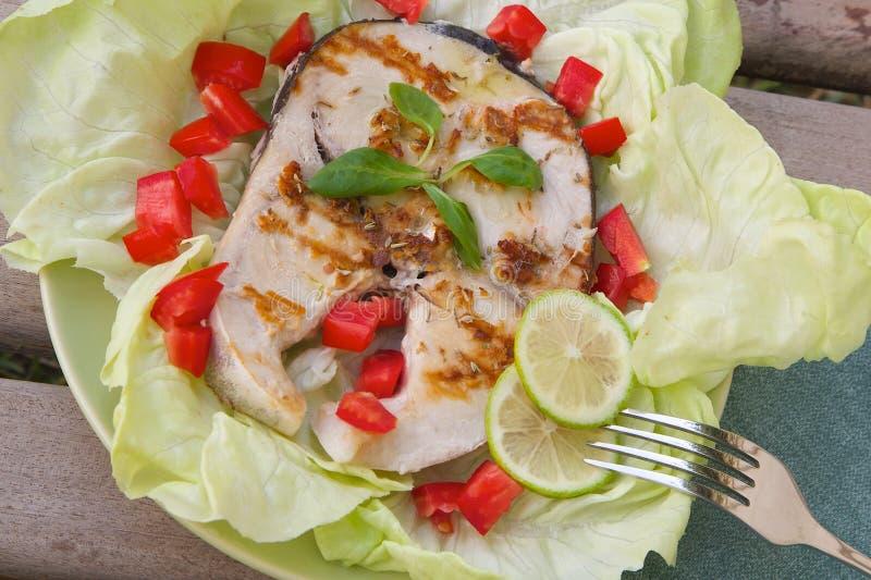 Geroosterde zwaardvissen met verse groenten stock foto's