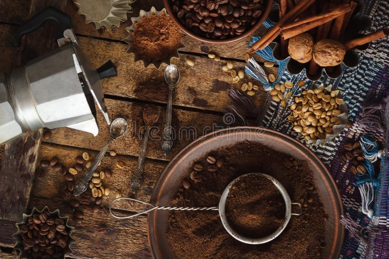 Geroosterde zwarte en groene koffiebonen en grondkoffie in de plaat stock foto