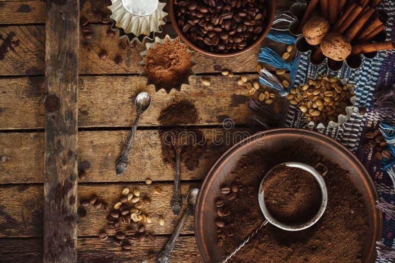 Geroosterde zwarte en groene koffiebonen en grondkoffie in de plaat stock afbeelding