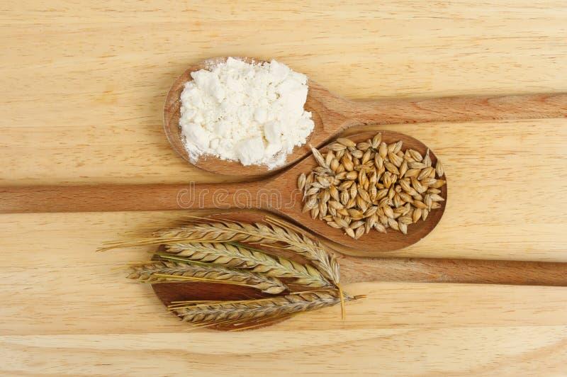 Gerste und Mehl lizenzfreie stockfotos