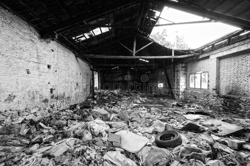 Geruïneerd en dilapidated oud de bouw binnenlands hoogtepunt van huisvuil royalty-vrije stock fotografie
