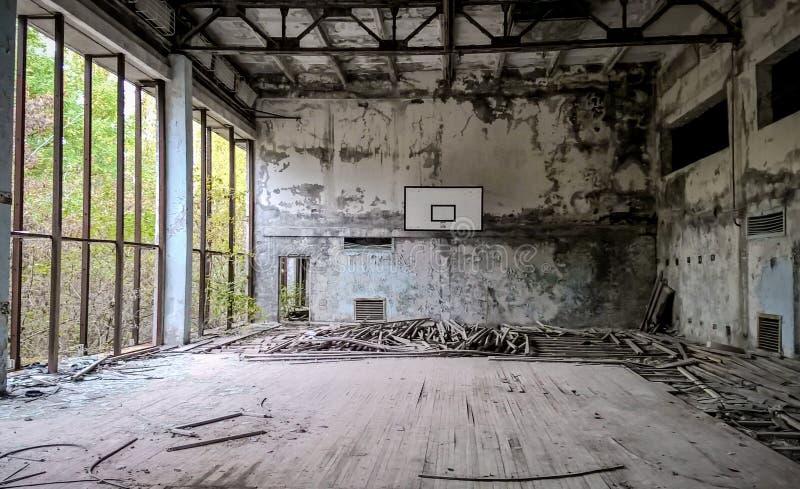 geruïneerd gymnasium in een school in Tchernobyl royalty-vrije stock foto