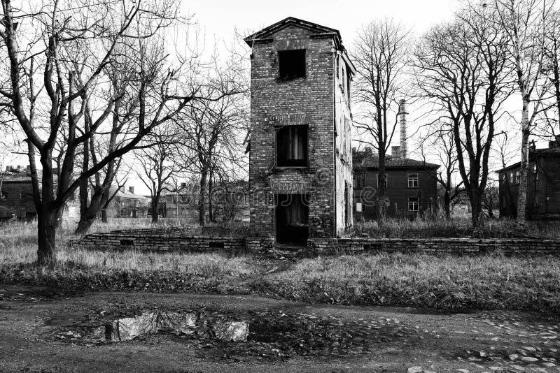 Geruïneerd oud huis in zwart-wit royalty-vrije stock afbeeldingen