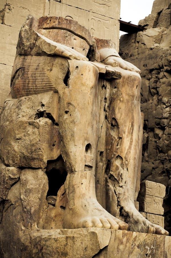 Geruïneerd standbeeld van Farao, Karnak Tempel, Egypte. stock foto's