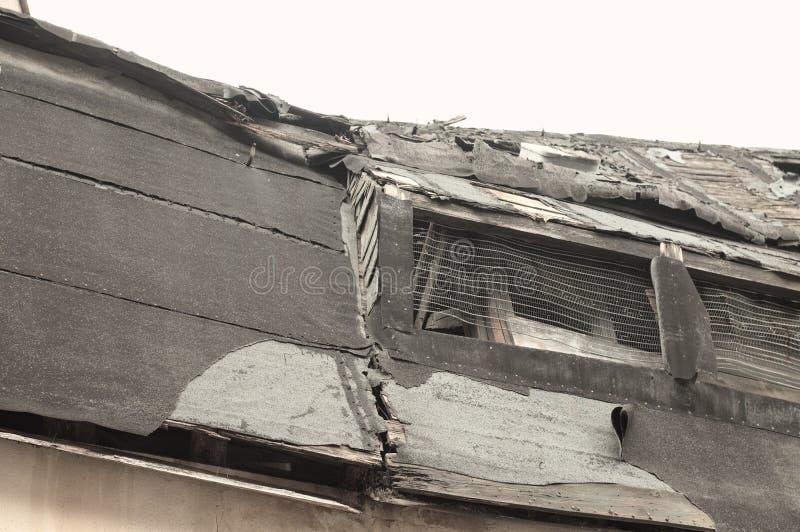 geruïneerd venster in een zwart houten dak Bacharach, Duitsland stock fotografie