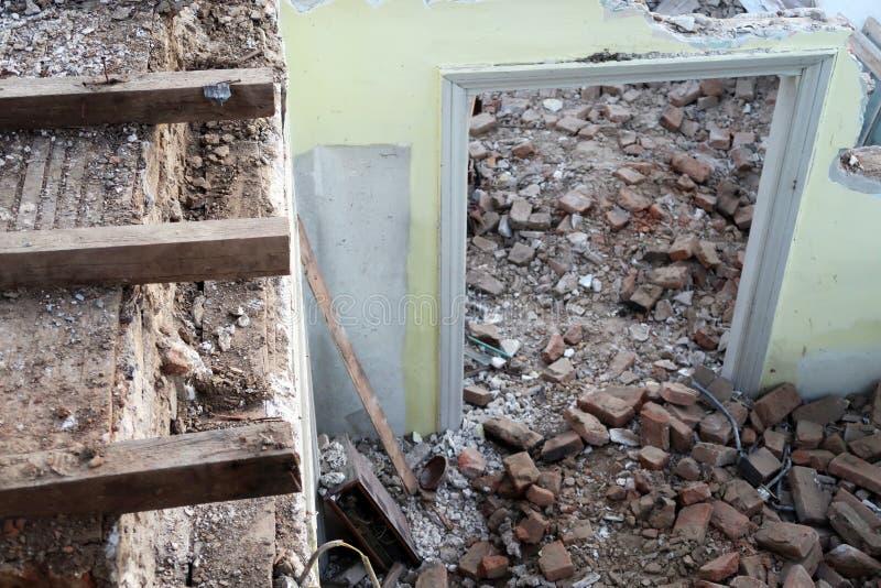 Geruïneerd vernietigd deurhuis en plafond royalty-vrije stock afbeelding
