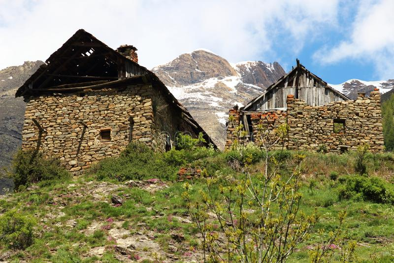 Geruïneerde huizen in weinig gehucht Dormillouse in Franse Hautes-Alpes royalty-vrije stock afbeeldingen