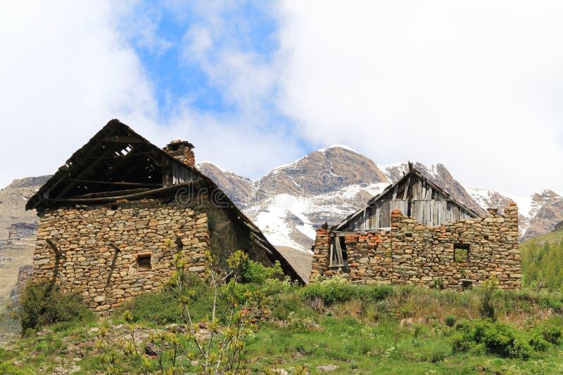 Geruïneerde huizen in weinig gehucht Dormillouse, Franse Hautes-Alpes stock afbeeldingen