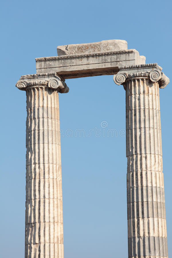 Geruïneerde kolommen van oude tempel stock fotografie