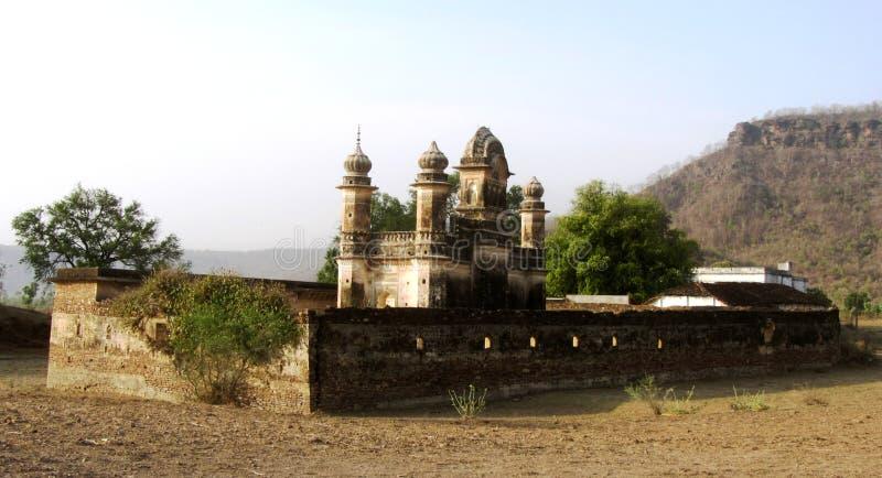 Geruïneerde minaret van oud kasteel van Pathrigarh, Satna, MP, India stock foto's