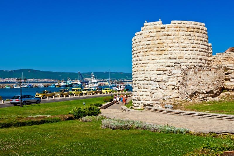 Geruïneerde muren rond oude Nessebar-stad, Bulgarije op coa van de Zwarte Zee stock foto