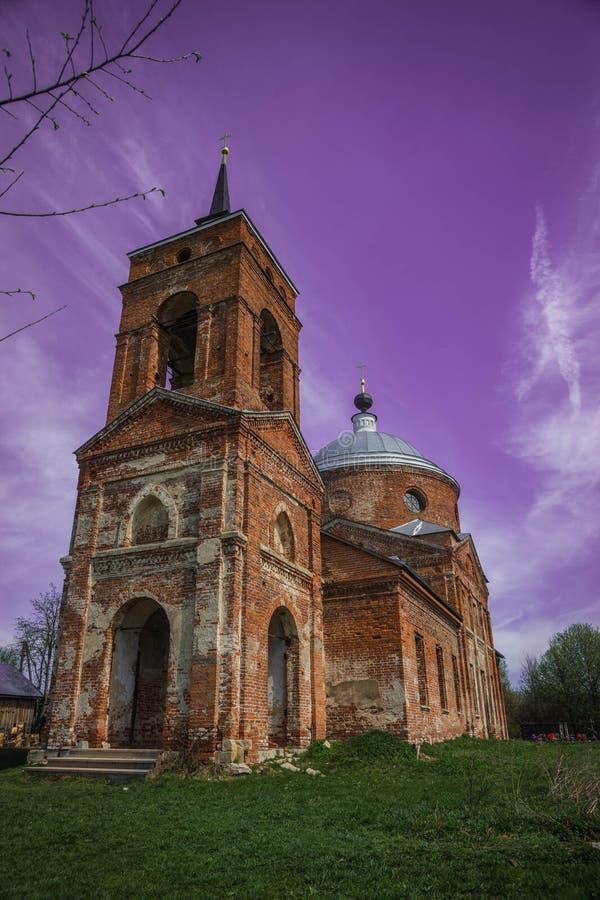 Geruïneerde rode baksteenkerk in het Kaluga-gebied, Rusland stock afbeeldingen