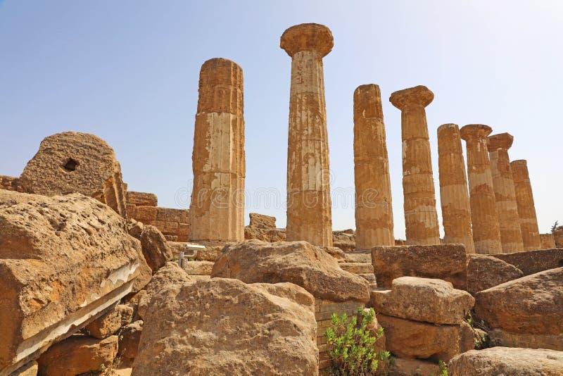 Geruïneerde Tempel van Heracles-kolommen in beroemde oude Vallei van Tempels van Agrigento, Sicilië, Italië De Plaats van de Erfe stock afbeelding
