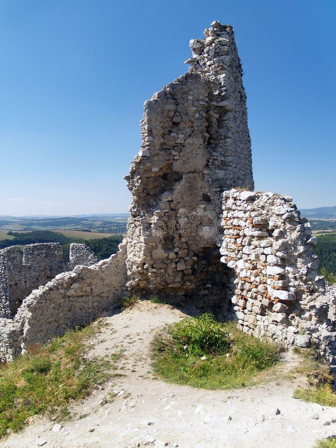 Geruïneerde vestingwerktoren van kasteel Cachtice royalty-vrije stock foto's