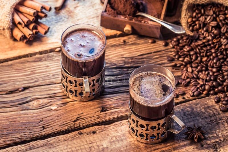 Geruch des frisch gebrauten Kaffees mit Zimt stockfotografie