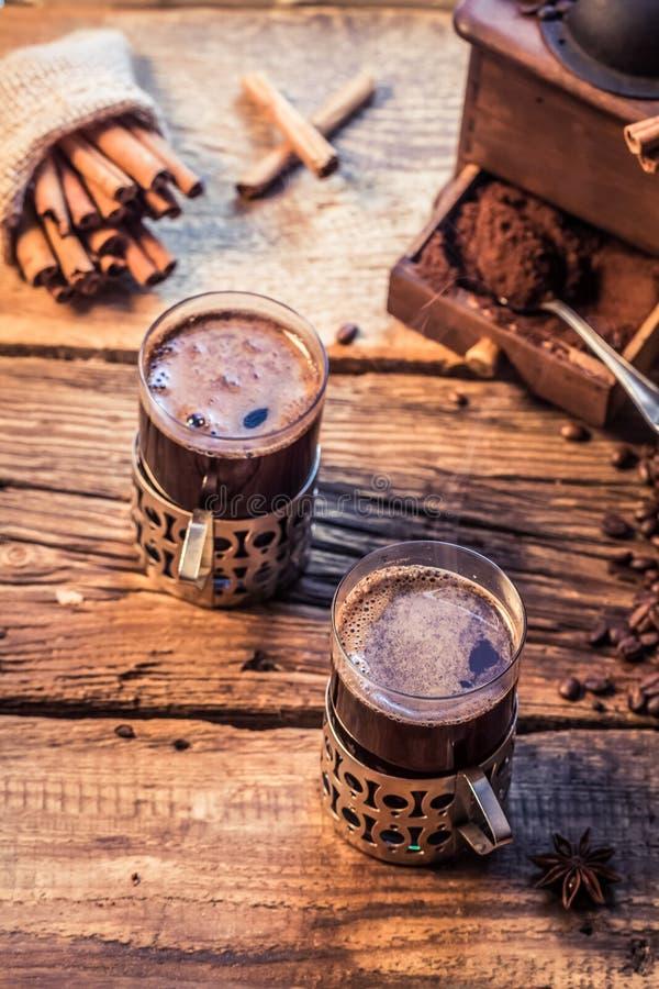 Geruch des frisch gebrauten Kaffees mit Zimt stockbild