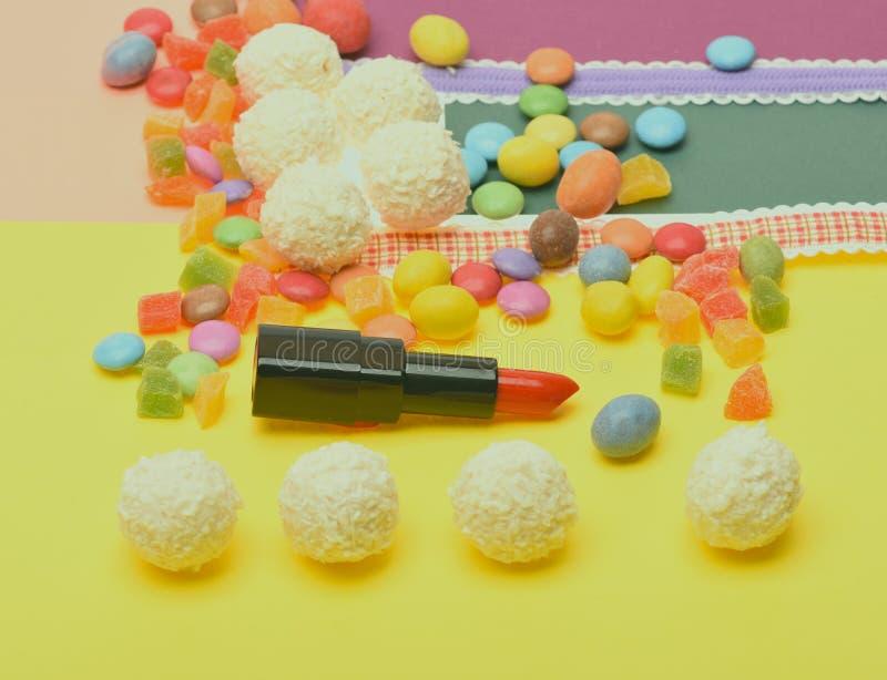 Geruch und Geschmack des Lippenstiftkonzeptes Rot oder Scharlachrot Lippenstift lizenzfreie stockfotografie