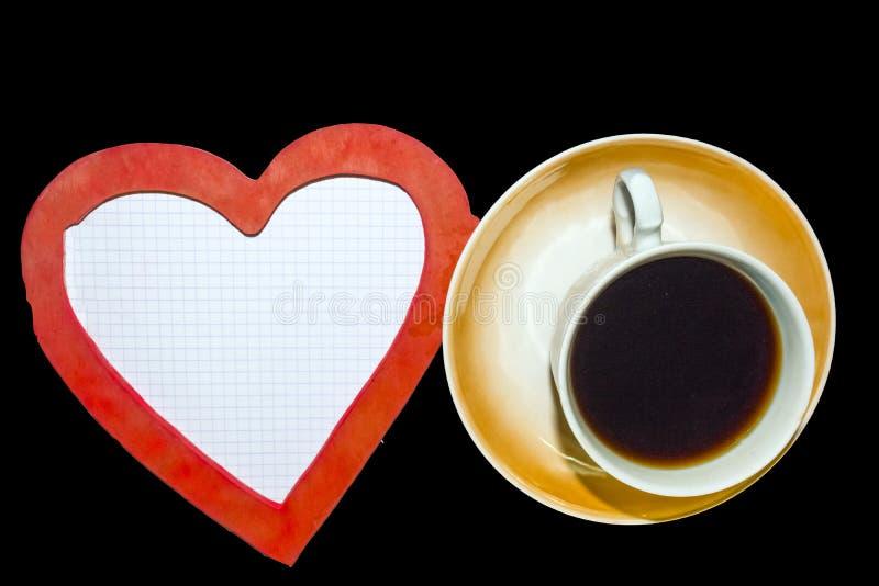 Geruit blad, een Kop van zwarte koffie en een hart stock afbeeldingen