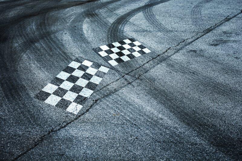 Geruite die vlaggen op asfaltvloer worden geschilderd royalty-vrije stock afbeelding