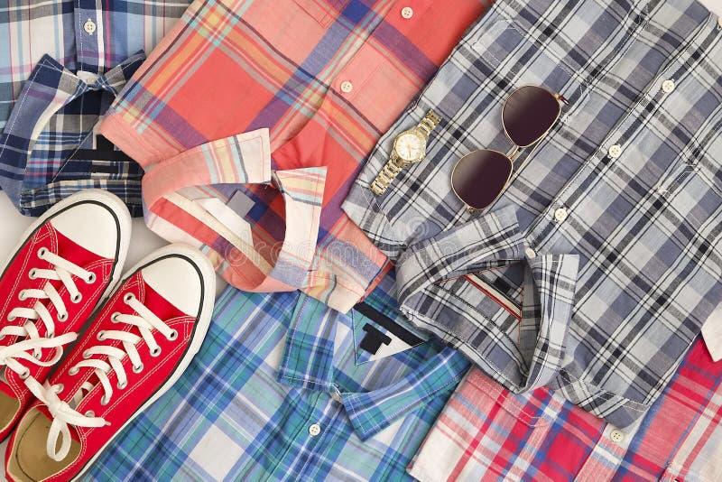 Geruite overhemdenachtergrond met rode tennisschoenen, hoogste mening stock afbeelding