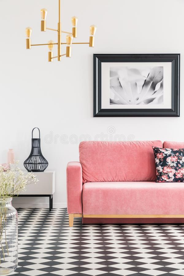 Geruite tegels in een woonkamerbinnenland met een roze bank, post royalty-vrije stock foto's