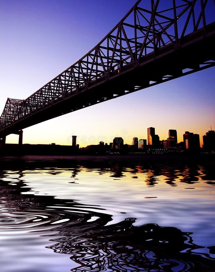 Gerundete Stadt-Anschluss-Brücke in New Orleans lizenzfreies stockfoto