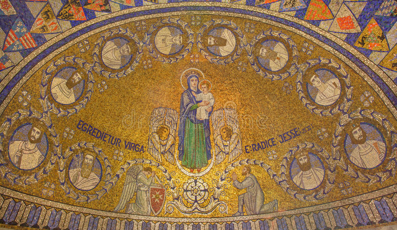 Gerusalemme - il mosaico di Madonna e con dodici clan di Israele nell'abbazia di Dormition immagine stock