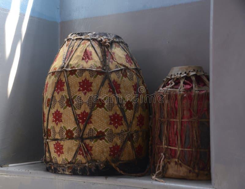 Gerusalemme, Israele, il 15 giugno 2017, due tamburi cerimoniali utilizzati nelle cerimonie religiose nella chiesa ortodossa etio fotografia stock libera da diritti