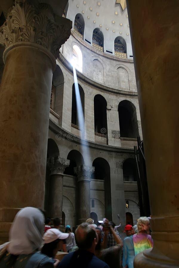 Gerusalemme, Israele, 06 07 2007 un fascio luminoso ha trasformato il suo modo attraverso la finestra la chiesa ammucchiata immagini stock