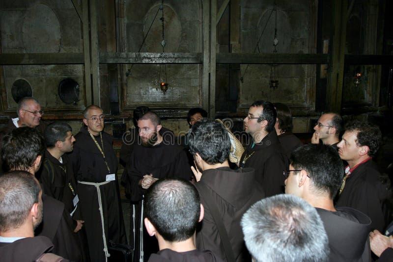 Gerusalemme, Israele, 06 07 2007 un gruppo di sacerdoti ebrei ai portoni della chiesa fotografia stock libera da diritti