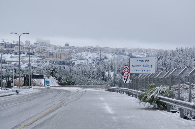 Gerusalemme nell'inverno durante le precipitazioni nevose fotografia stock libera da diritti
