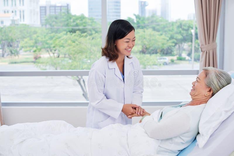 Geruststellende patiënt stock afbeeldingen