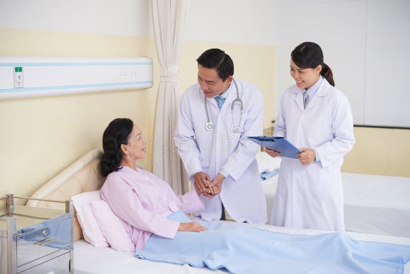 Geruststellende patiënt stock foto