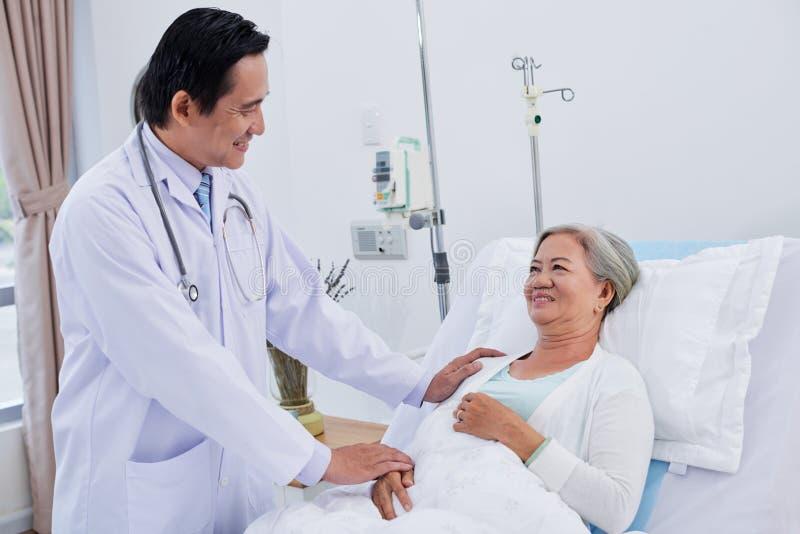 Geruststellende patiënt stock afbeelding