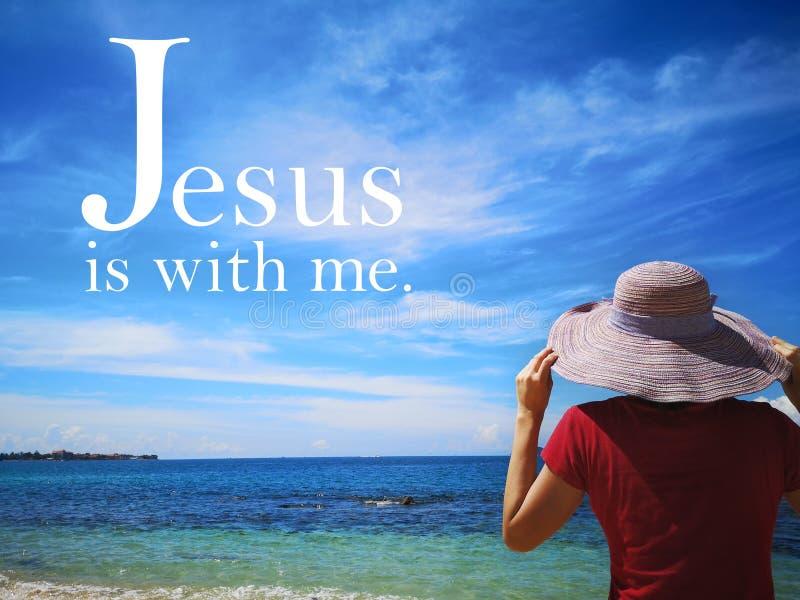 Gesù è con me con la vista di oceano del fondo e una signora rispetta la progettazione del cielo per Cristianità fotografia stock