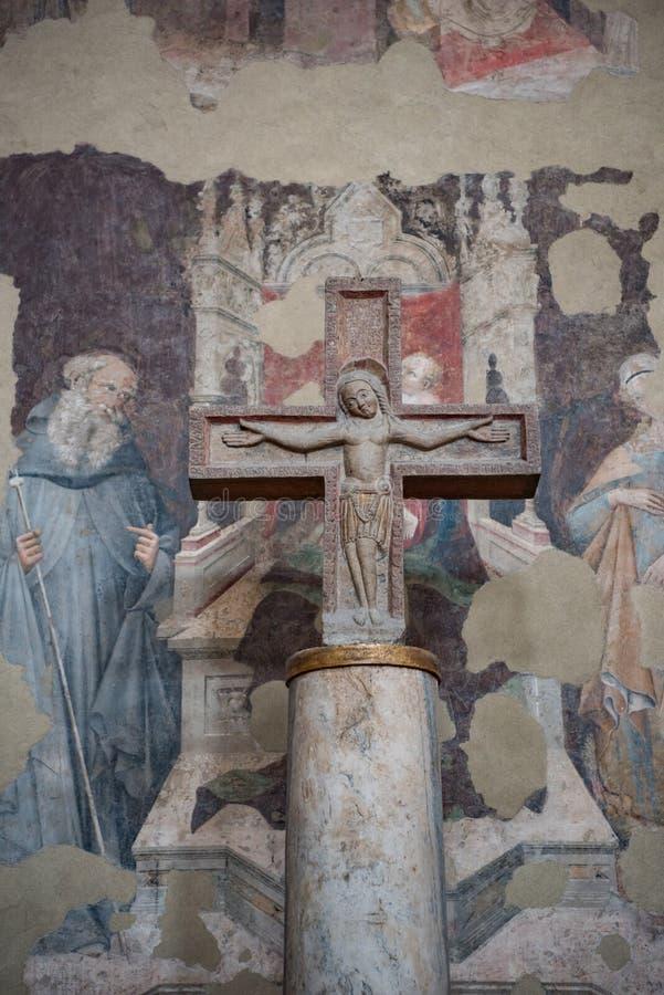 Gesù crocifitto sull'incrocio di pietra, cattedrale di Bologna, Italia fotografie stock