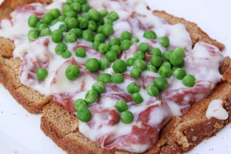 Gesahntes Chiprindfleisch mit Erbsen auf Toast stockbilder