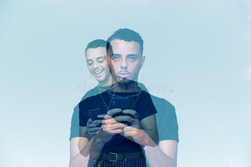 Gesamtkonzeption Bild zeigt jungen Mann mit Mobiltelefon, das unter sozialer Angst leidet lizenzfreie stockfotografie