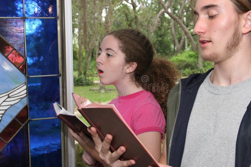 Gesang-Hymnen in Kirche 2 lizenzfreie stockfotografie