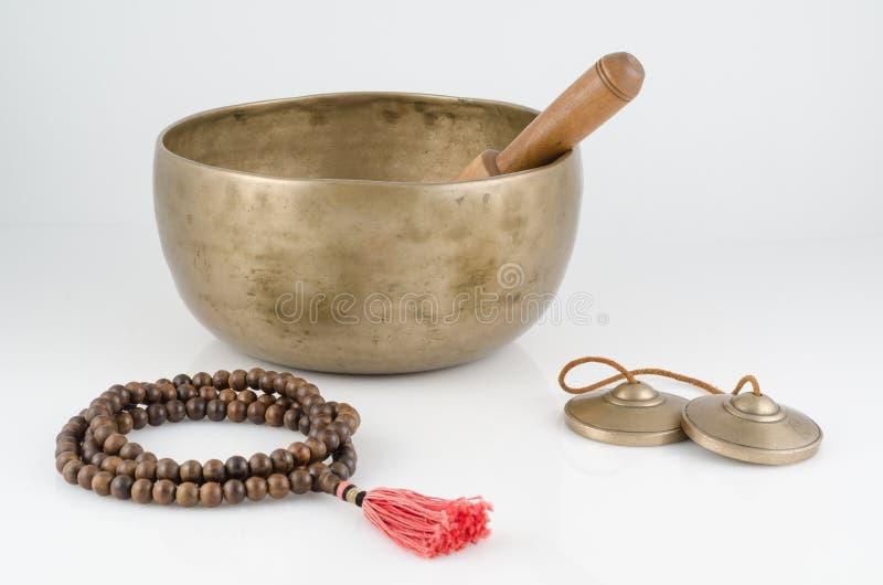 Gesang-Schüssel, Gebets-Perlen und Meditation Bell. stockbilder