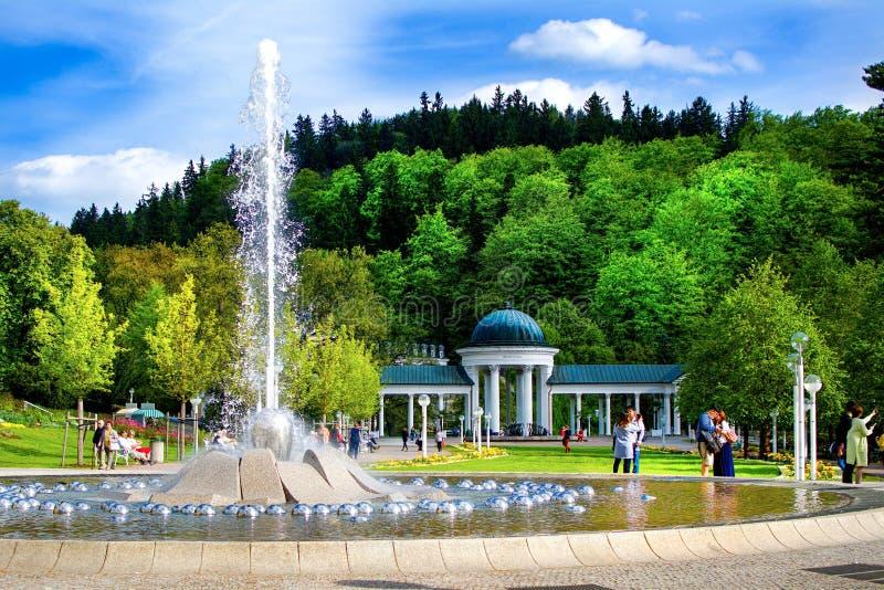 Gesangbrunnen und Kolonnade - Marianske Lazne - Tschechische Republik lizenzfreie stockbilder