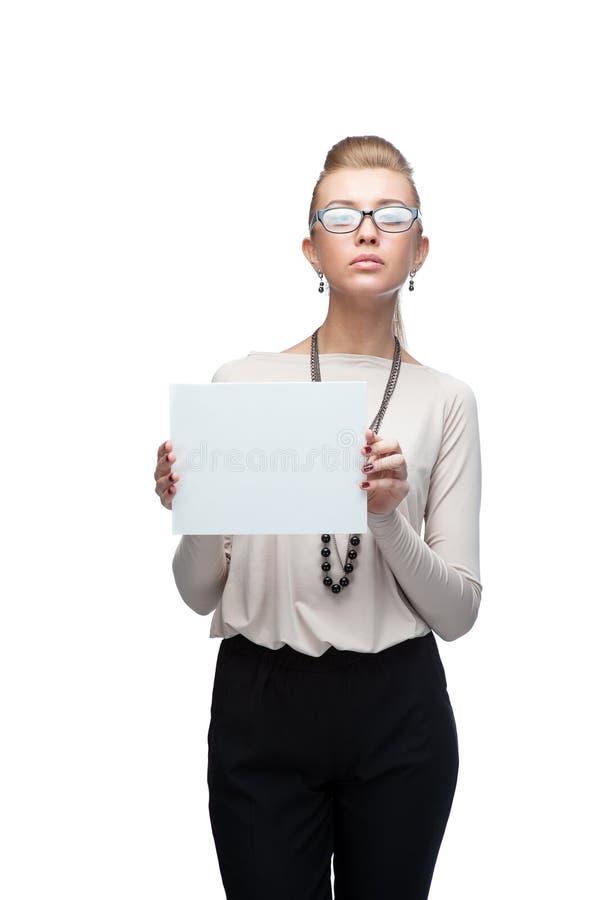 Geschäftsfrau mit leerer Werbungsfahne auf Weiß lizenzfreies stockbild