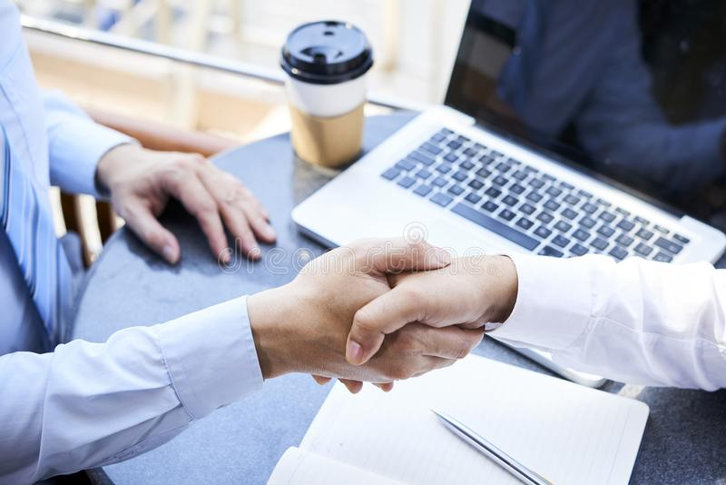 Geschäftsleute, die ein Abkommen schließen lizenzfreies stockbild