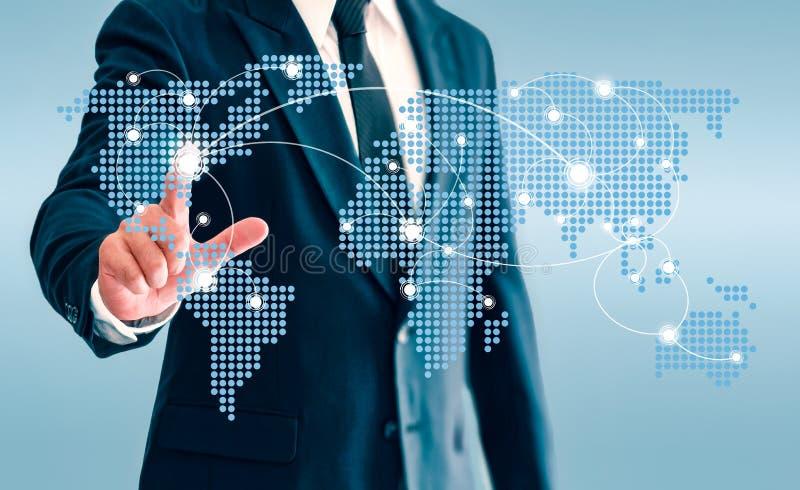 Geschäftsmann, der virtuellen Knopf der Weltkarte und Kommunikation anschließen berührt stockbilder