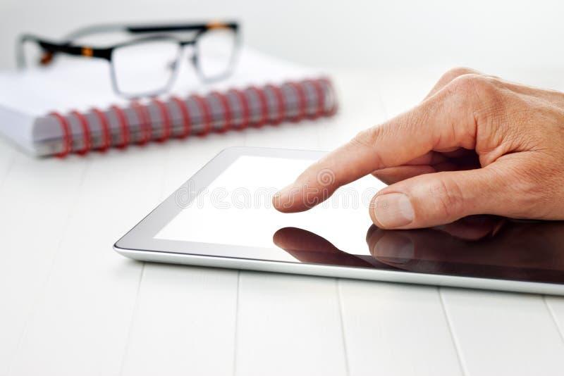 Geschäft übergibt Tablet-Hintergrund stockfotos