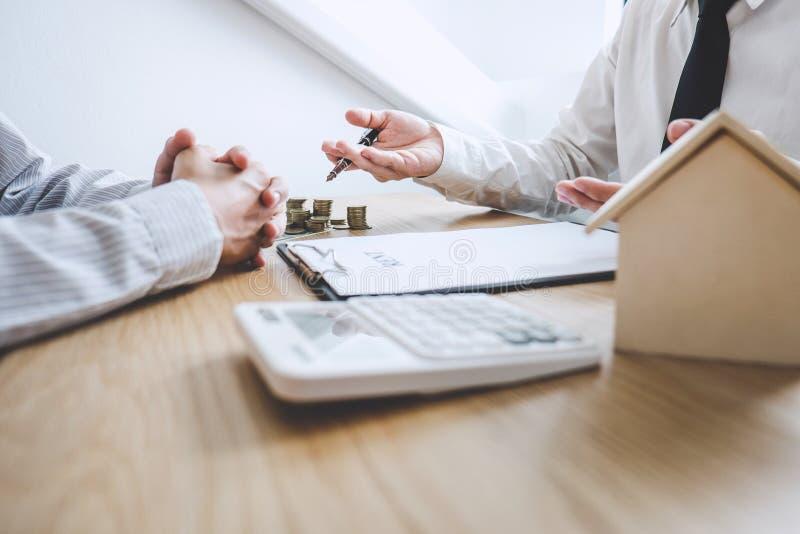Geschäft, das ein Vertragskauf-verkaufshaus, Versicherungsagenten analysiert Kosten über Haupt-Investitionsdarlehen Real Estate u stockfoto