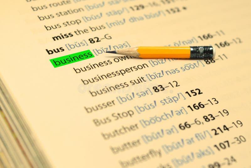 GESCHÄFT - Die Wörter heben im Buch und im Bleistift hervor stockbild