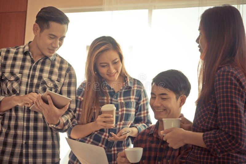 Geschäft fangen oben Team an, in einer Kaffeesitzung sich zu besprechen lizenzfreie stockbilder