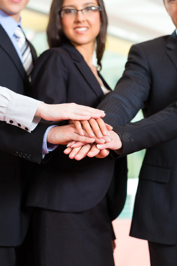 Geschäft - Gruppe Wirtschaftler im Büro lizenzfreie stockbilder